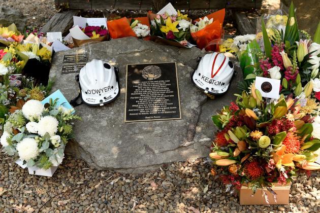 Depuis le début des feux, deux pompiers volontaires sont morts alors qu'ils combattaient les flammes. Un mémorial a été dressé en leur honneur à Horsley Park, à l'ouest de Sydney.