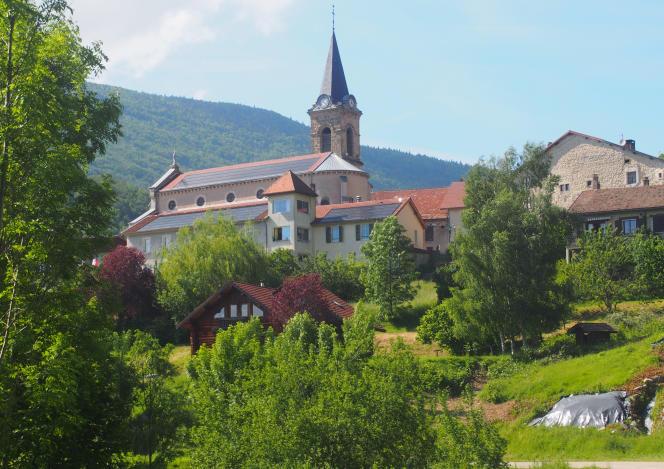 A Rencurel (Isère), en juin. Le toit de l'église est équipé de panneaux solaires.
