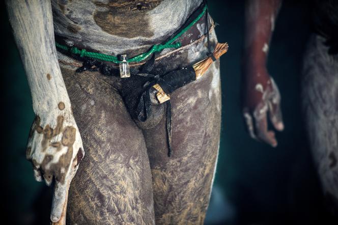 Un jeune homme de 20 ans circoncis de manière traditionnel à Umtata, en Afrique du Sud.