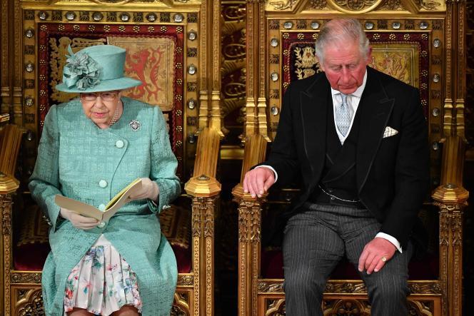 La reine ElizabethII et le prince Charles, lors del'ouverture officielle du Parlement, à Londres, le 19décembre.
