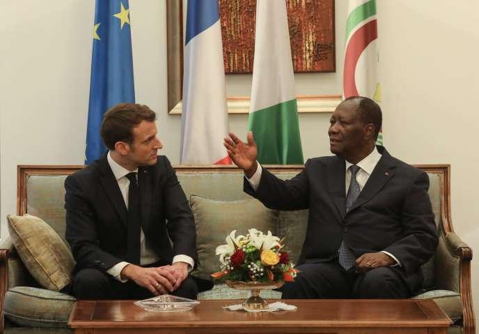 Le président français Emmanuel Macron, en visite en Côte d'Ivoire,s'entretient avec le président ivoirien Alassane Ouattara, à son arrivée le 20 décembre / AFP / Ludovic MARIN