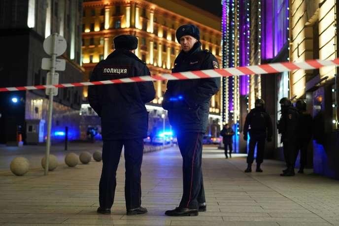 Des policiers sécurisent le quartier de Loubianka, à Moscou, le 19 décembre.