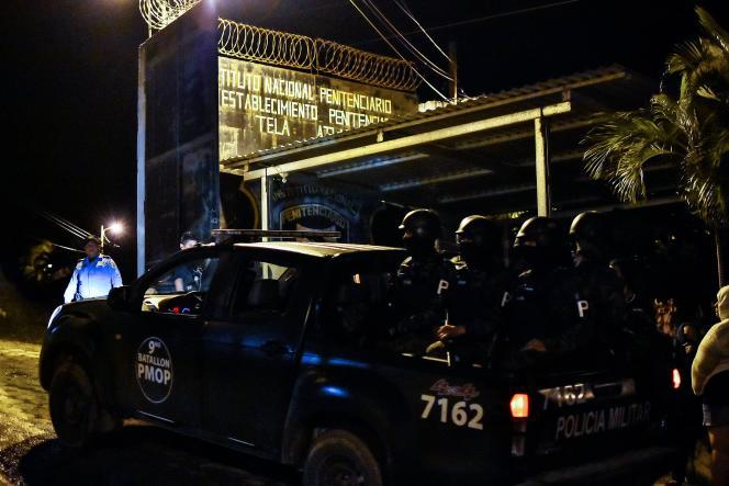 Les forces de l'ordre arrivent au centre pénitentiaire de Tela au Honduras, le 21 décembre.