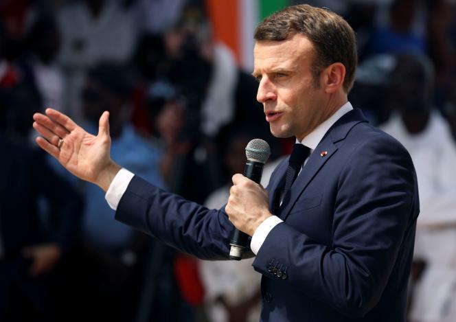 Emmanuel Macron lors de l'inauguration d'une« agora» d'équipements sportifs à Abidjan, en Côte d'Ivoire, vendredi 21 décembre.