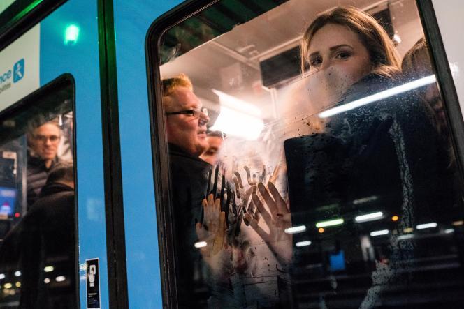 Départs en vacances le 20 décembre à gare de Lyon : sur le quais des TER c'est la cohue, les trains sont peu nombreux.