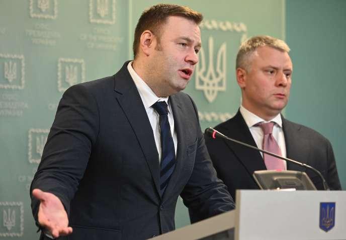 Le ministre ukrainien de l'énergie,Oleksiy Orzhel (à gauche) et le PDG de l'entreprise publique gazièreNaftogaz Yuriy Vitrenko lors d'une conférence de presse, samedi 21 décembre à Kiev.