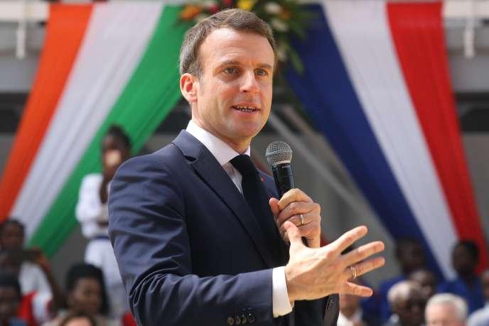 Emmanuel Macron lors de sa visite en Côte d'Ivoire, à Abidjan le 21 décembre.