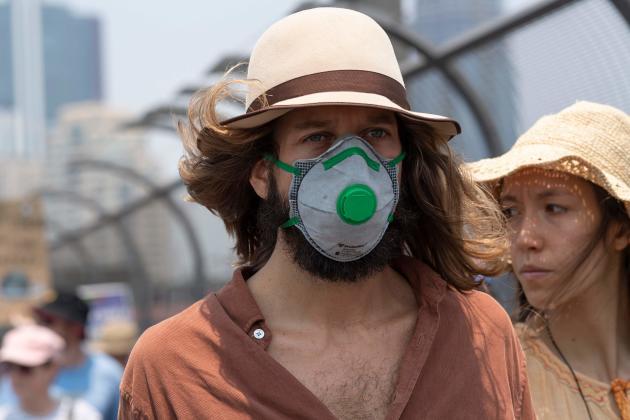 Les habitants de Sydney respirent un air pollué depuis des semaines à cause de la proximité d'un gigantesque incendie. Les hôpitaux ont constaté une augmentation (jusqu'à 80 % certains jours) du nombre de visites de patients souffrant de problèmes respiratoires.