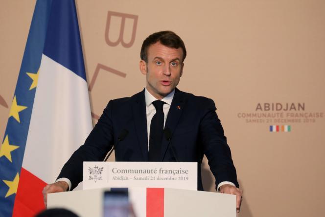 Le président Emmanuel Macron, durant sa visite officielle en Côte d'Ivoire, ce 21 décembre 2019, à Abidjan. / AFP / Ludovic MARIN
