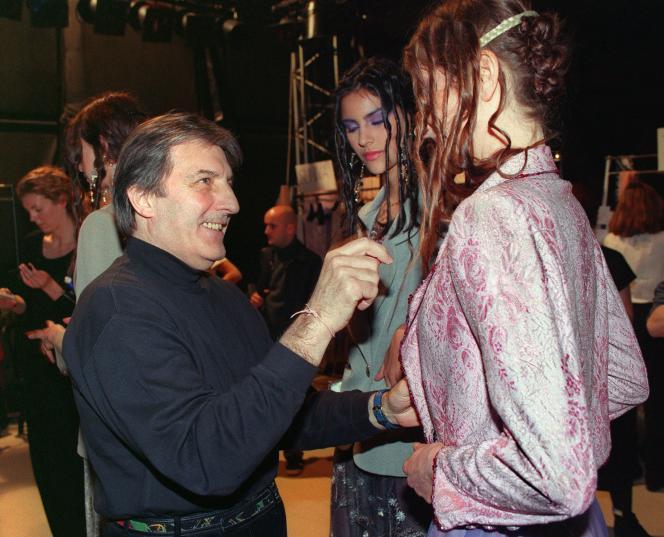 Emanuel Ungaro vérifie la tenue d'un mannequin, en janvier1999.
