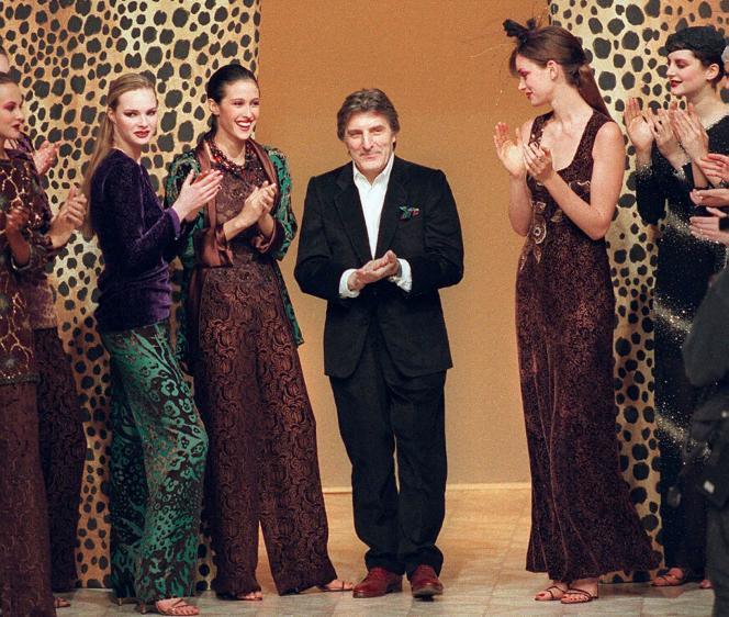 Emanuel Ungaro, entouré par ses mannequins, à la fin d'un défilé en mars1997.