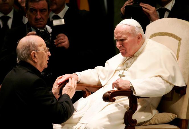 Le fondateur de la congrégation, Marcial Maciel, avec Jean PaulII au Vatican, en2004. Sa proximité avec le pape lui a permis d'éviter toute enquête pendant plus de soixante ans.