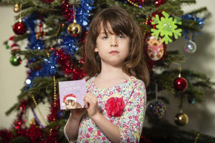 Florence, la fillette qui a découvert le message, avec sa carte de Noël.