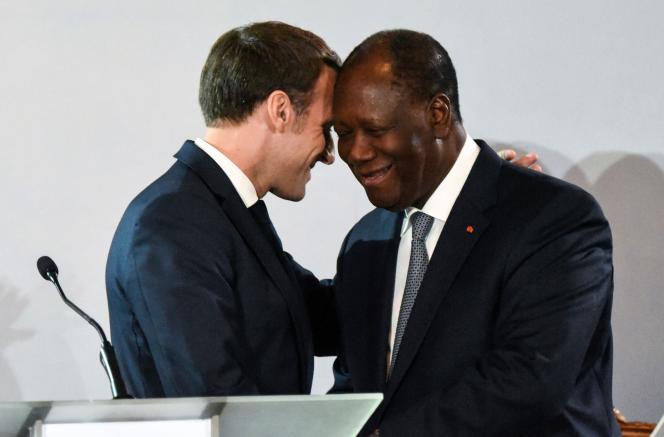 Le président français Emmanuel Macron et le président de Côte d'Ivoire Alassane Ouattara lors d'une conférence de presse à Abidjan le 21 décembre.