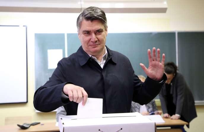 L'ancien premier ministre Zoran Milanovic vote dimanche à Zagreb.