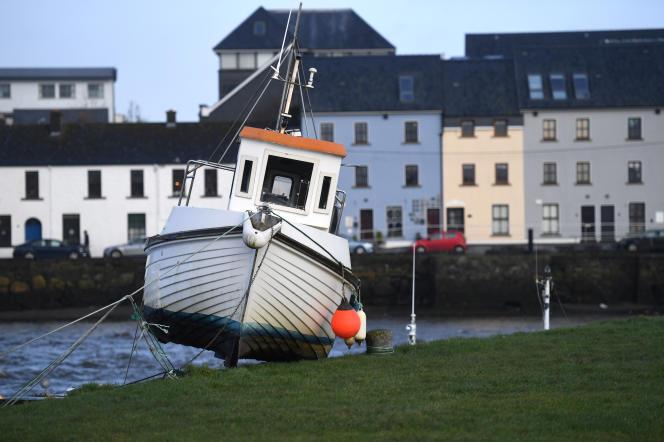 Un bateau échoué dans le port de Galway, Irlande, en janvier 2018.