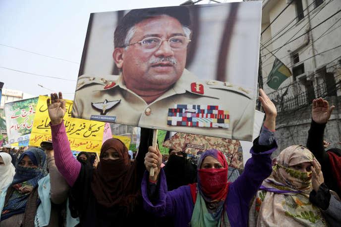 Des partisans de l'ancien président pakistanaisPervez Musharraf àLahore, le 22décembre2019.