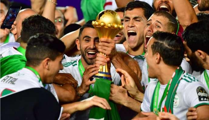L'Algérien Youcef Belaïli avec les Fennecs, vainqueurs au Caire de la Coupe d'Afrique des nations (CAN), le 19 juillet 2019.