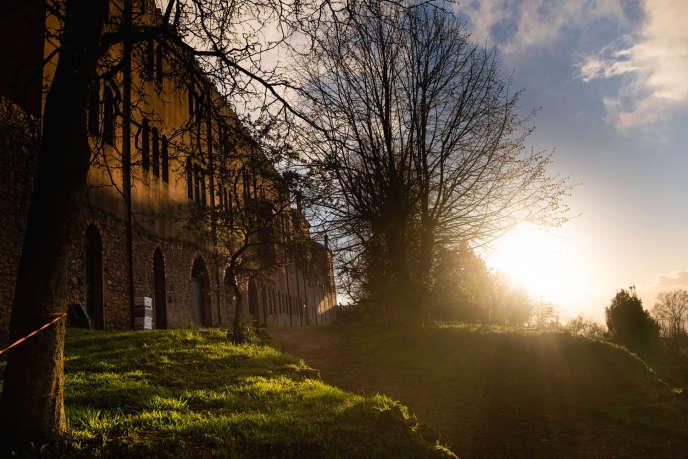 Vue du monastère, de son jardin et de son exploitation agricole. Le monastère de Tibhirine accueille désormais des religieux de la communaute du Chemin-Neuf.