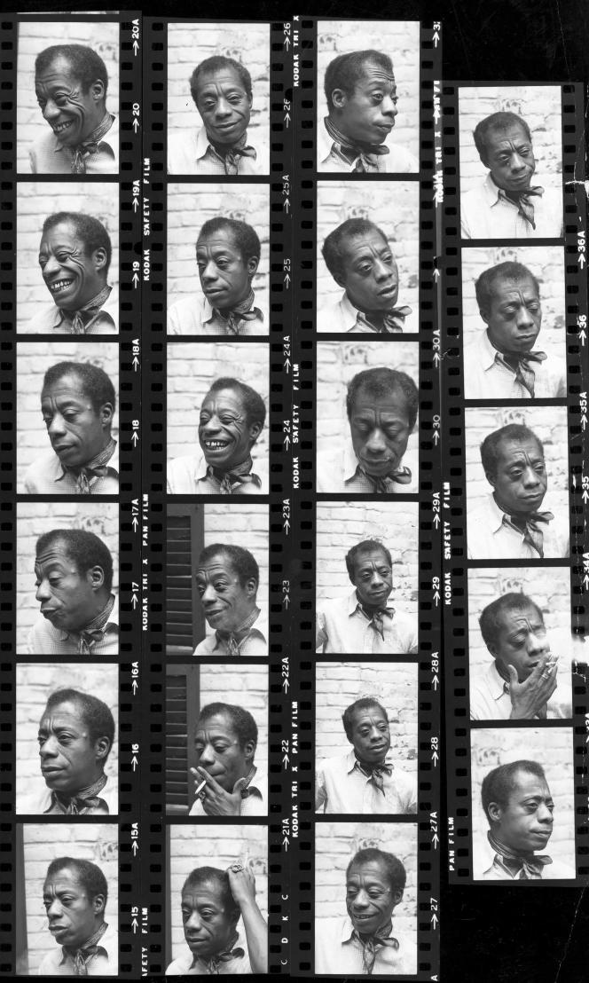 L'écrivain James Baldwin, chez lui à New York, en 1972.