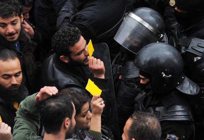 Face-à-face avec la police lors d'une manifestation à Tunis, le 12 janvier 2018.