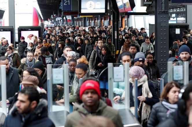 Des usagers sur un quai de la gare de l'Est, dimanche 5 janvier.