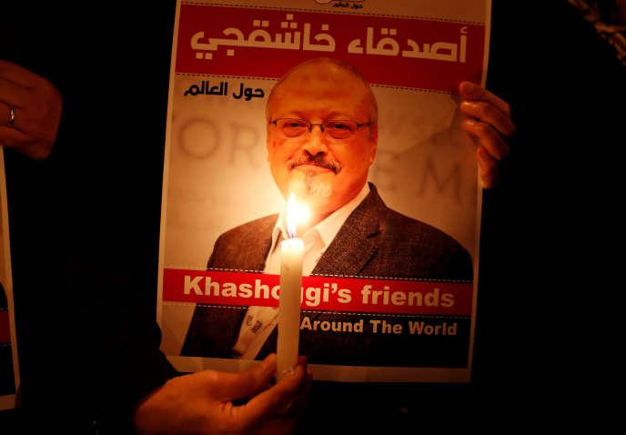 Un manifestant expose le portrait de JamalKhashoggilors d'un rassemblement devant le consulat d'Arabiesaouditeà Istanbul(Turquie), en octobre 2018.