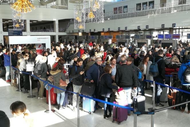 Des voyageurs patientent à l'aéroport de Bastia-Poretta, après la fermeture de l'aéroport d'Ajaccio, le 23 décembre.