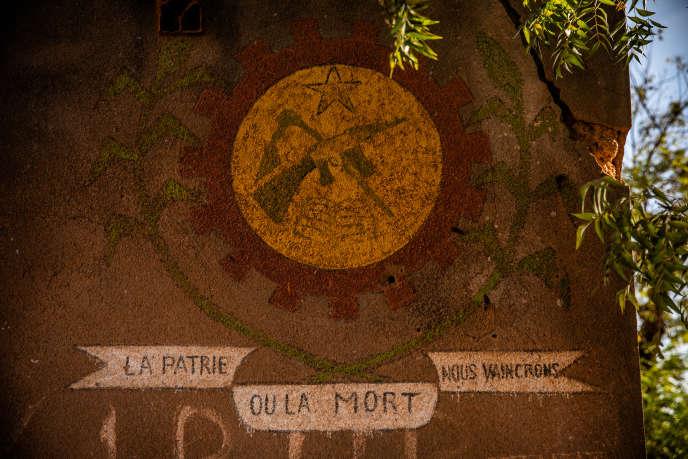 Ruine d'une permanence d'un Comité de défense de la révolution (CDR) à Koudougou, datant de la période où Thomas Sankara dirigeait le Burkina Faso.