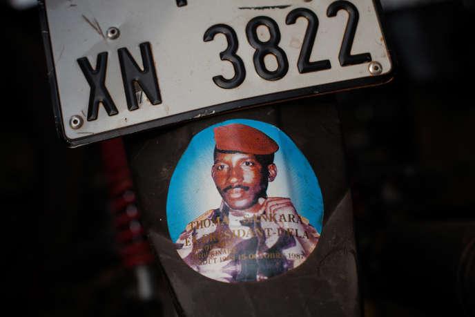 Autocollant à l'effigie de Thomas Sankara, à l'arrière d'une moto à Ouagadougou, en 2019.