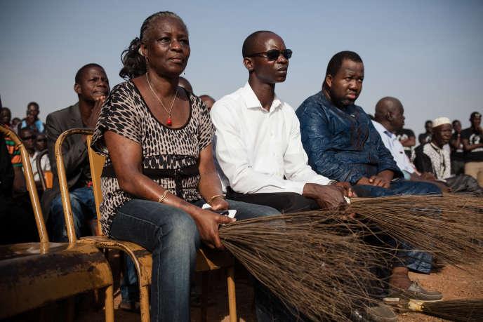 Germaine Pitroipa (à gauche) lors d'un hommage rendu à Thomas Sankara, organisé par le Balai citoyen au cimetière de Dagnoën, à Ouagadougou, le 21 décembre 2014.