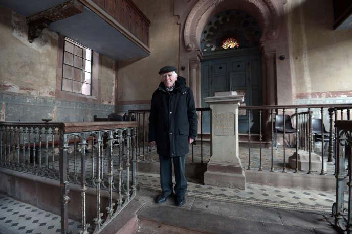 Roger Cahn, 84 ans sur cette photo prise en 2015, était le dernier juif de Westhoffen. Il pose là dans la synagogue abandonnée du village.