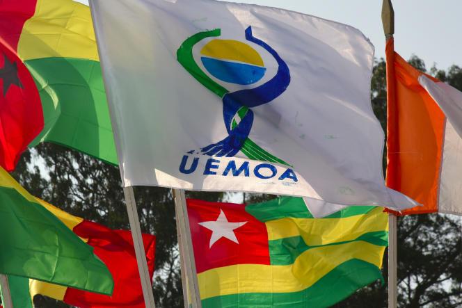 Le drapeau de l'Union économique et monétaire ouest-africaine (UEMOA).