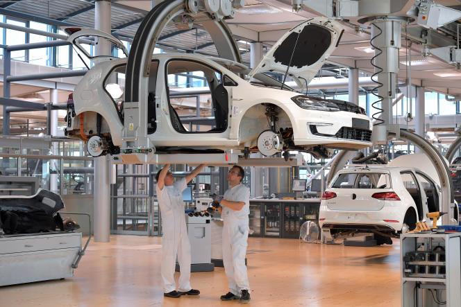 Des mécaniciens sur la ligne de production Volkswagen à Dresde, Allemagne, en mai 2018.