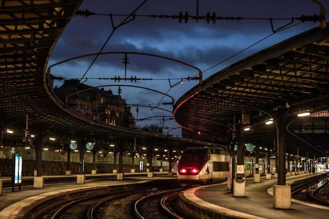La SNCF précise qu'à partir «du mardi 24 décembre tous les TGV, Ouigo et Intercités ouverts à la réservation jusqu'au dimanche 29 inclus sont garantis de circuler».