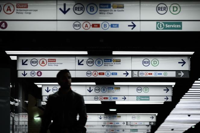 Dans les couloirs de la station de métro et RER Châtelet-Les Halles, le 23 décembre.