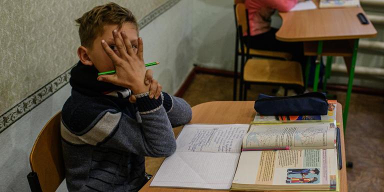 Des élèves dans une école du village de Rodina (Zolotoe 4) situé à 500 métres de la ligne de front du côté ukrainien. L'école accueille une dizaine d'enfants. Ukraine. Donbass.//////////Mention à intégrer dans le coyright: Avec le soutien du Centre National des Arts Plastiques (fonds d'aide à la photographie documentaire contemporaine)