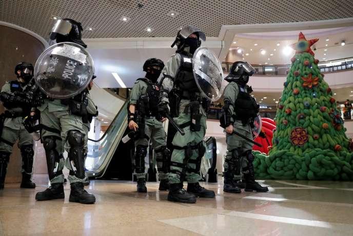 La police anti-émeute de Hongkong dans un centre commercial, le 24 décembre dernier.
