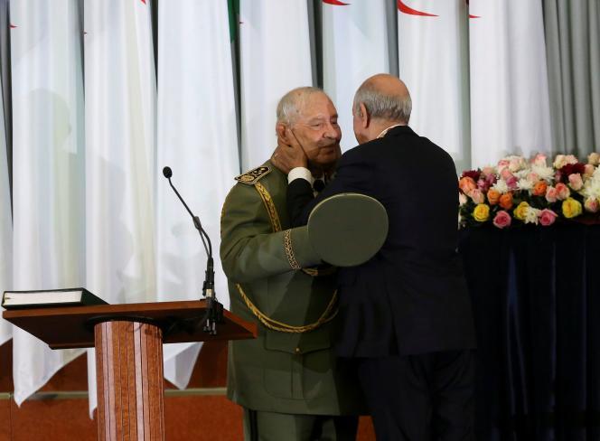 Le président algérien Abdelmadjid Tebboune (de dos) embrasse Ahmed Gaïd Salah, le 19 décembre à Alger.