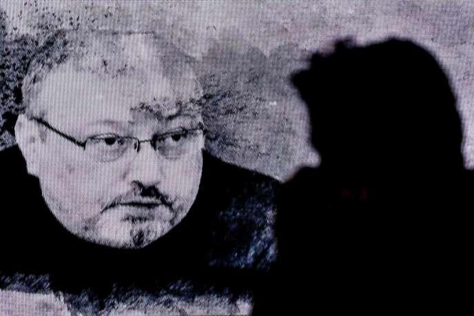Un écran projette le portrait de Jamal Khashoggi lors d'une commémoration en son honneur à Istanbul, le 11 novembre 2018.