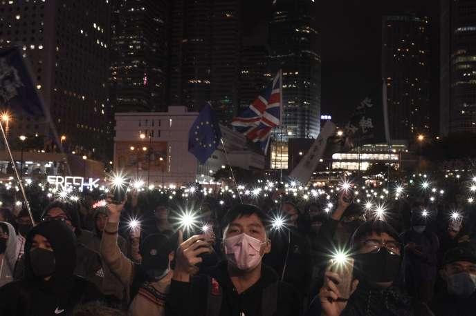 Des manifestants en faveur de la démocratie participent à un rassemblement pour soutenir Spark Alliance, une plate-forme de collecte de fonds qui a été accusée de blanchiment d'argent et dont les fonds ont été gelés par les autorités, à Hongkong le 23 décembre.