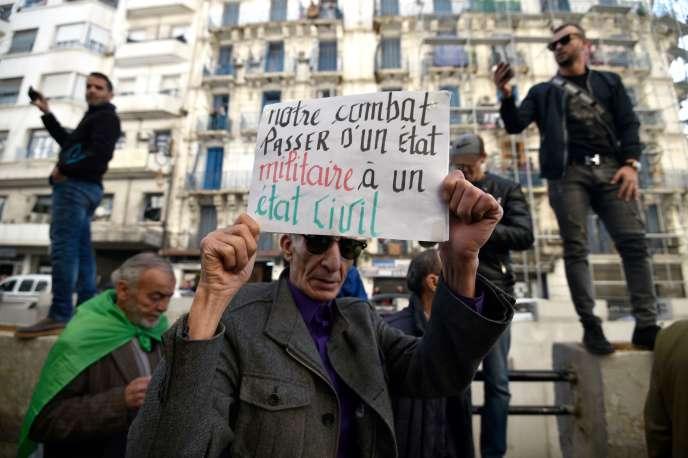 Un manifestant à Alger, mardi 24 décembre 2019.