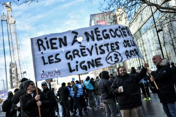 Des conducteurs de métro manifestent devant les bureaux de la SNCF à Saint-Denis, le 24 décembre.