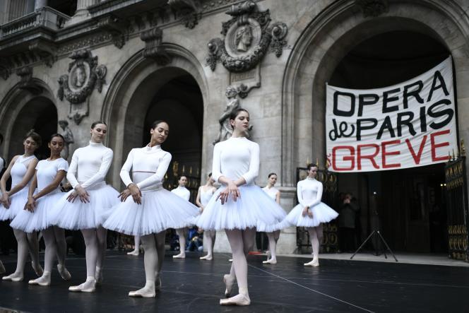 Les danseuses du corps de ballet de l'Opéra de Paris, devant le Palais Garnier, mardi 24décembre.