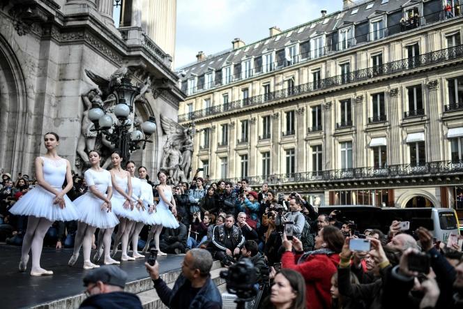 Le régime de retraite de l'Opéra de Paris permet aux danseuses de prendre leur retraite à 42ans.