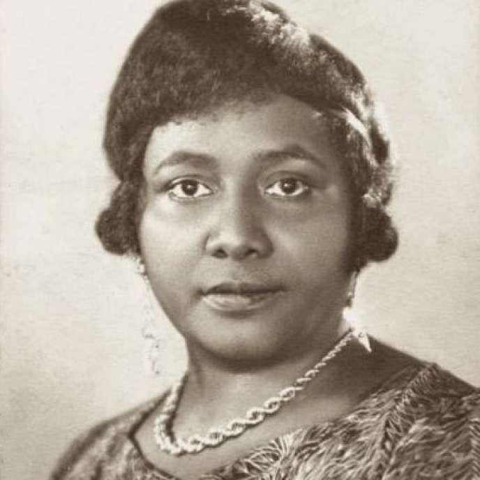 Dès les années 1930, Paulette Nardal tenait avec sa sœur Jeanne un salon littéraire à Clamart que tous les intellectuels noirs fréquentaient. Considérée comme l'une des théoriciens du concept de « négritude », elle fut la première femme noire à entrer à la Sorbonne en 1920.