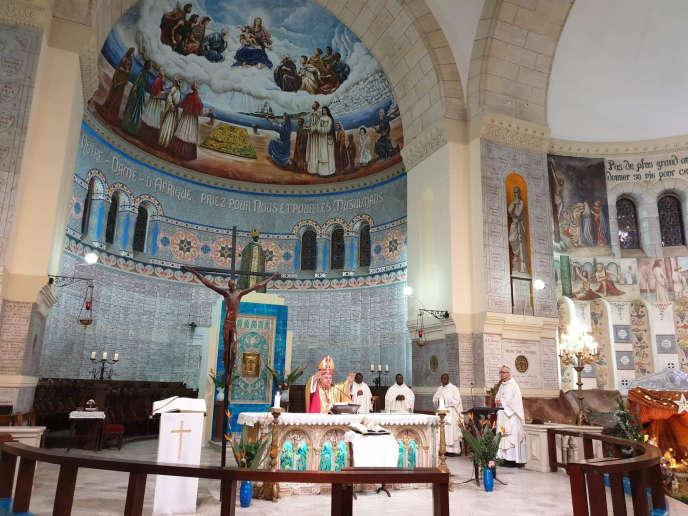 Mardi 24 décembre, à la basilique Notre-Dame d'Afrique à Alger. Monseigneur Luciano Russo, ambassadeur du Vatican en Algérie, conduit la messe de nuit de la Noël, devant un peu moins d'une centaine de fidèles.