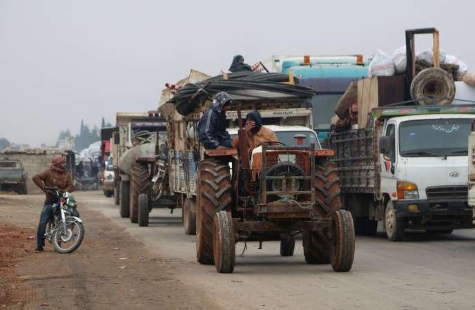 Des convois fuient Maarat Al-Nouman, au sud d'Idlib, le 24 décembre.