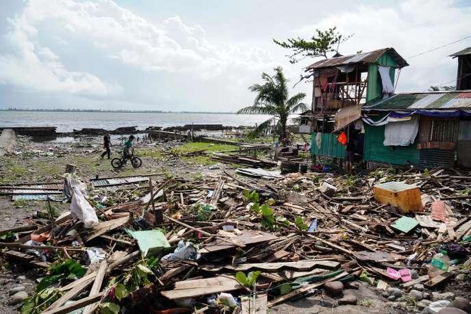 Après le passage du typhon Phanfone à Tacloban, dans les Philippines, le 25 décembre.
