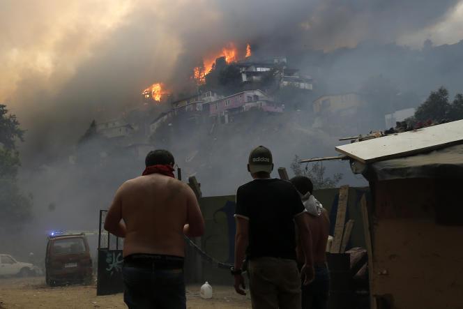 Un incendie ravage des habitations à Valparaiso, au Chili, le 24 décembre.